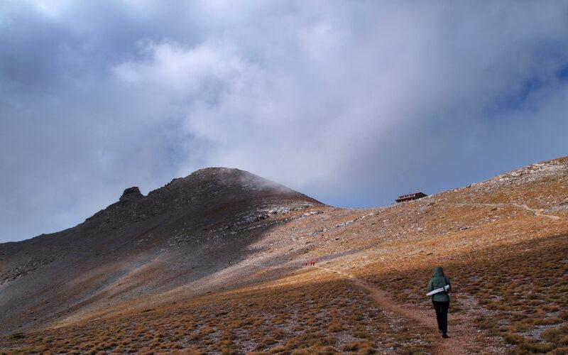 Το καταφύγιο Γιώσος Αποστολίδης στα 2760 μ., όπως φαίνεται από το Οροπέδιο των Μουσών