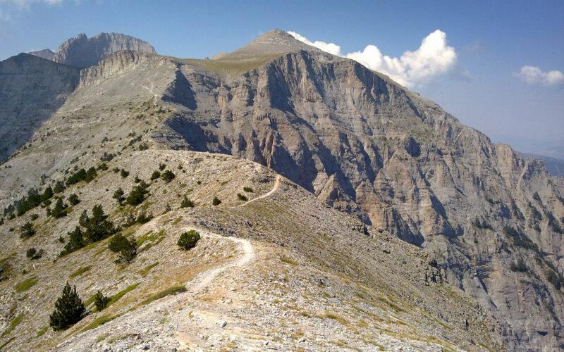 Το μονοπάτι στο εντυπωσιακό πέρασμα Λαιμού-Γιόσου (θέση Σκούρτα) με τις ψηλές κορυφές του Ολύμπου στο βάθος